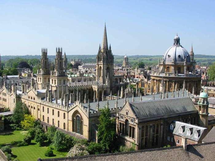 Территория главного корпуса Оксфордского университета является памятником архитектуры (Великобритания). | Фото: wallpapercave.com.