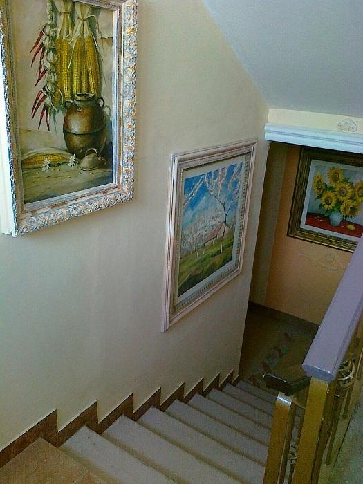 Фрески с оригинальными натюрмортами и пейзажами украшают стены подъезда.