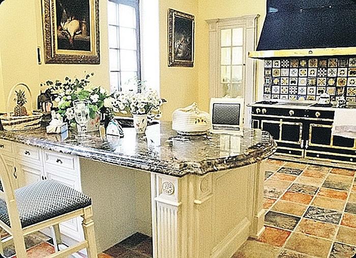 Кухня примадонны в замке в Грязи выполнена в викторианском стиле. | Фото: uznayvse.ru.