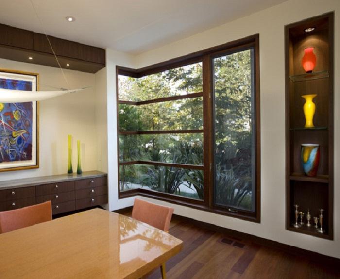 С помощью фальш-окна можно украсить угловую комнату.