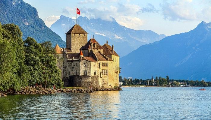 Шильонский замок расположен недалеко от курортного города Монтрё (Швейцария). | Фото: planetofhotels.com.