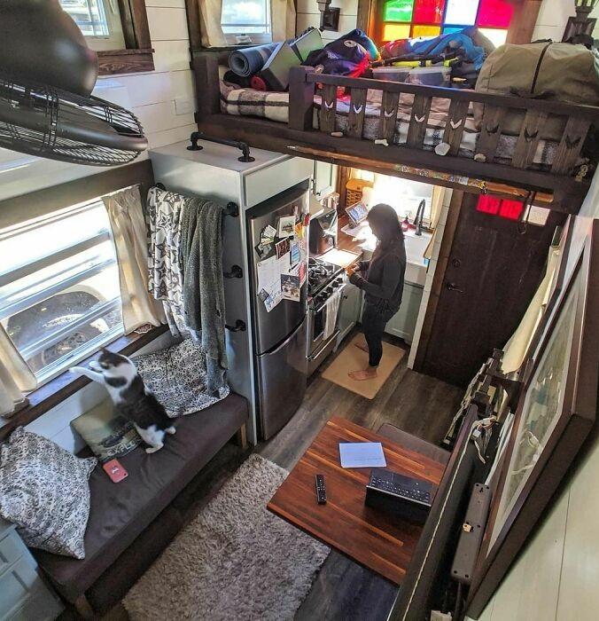 На 25 кв. м нашлось место и для гостиной, и для полноценной кухни (Tiffany). | Фото: businessinsider.in.