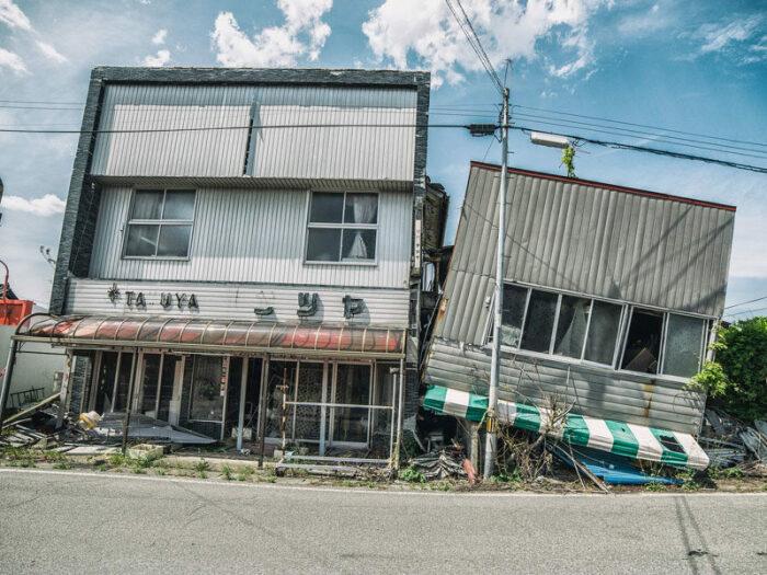 Все, что уцелело после потока воды, теперь разрушается от времени (Фукусима, Япония). | Фото: © Джанин Пендлтон.