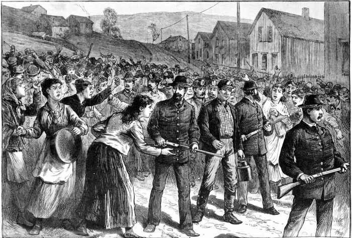 Агенты Пинкертона сопровождают позорных возвращающихся с работы штрейкбрехеров в 1884 году