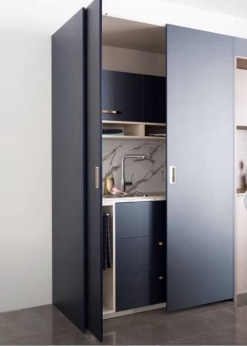 Распашные двери, скрывающие кухонную секцию. / Фото: interior-mebel.by