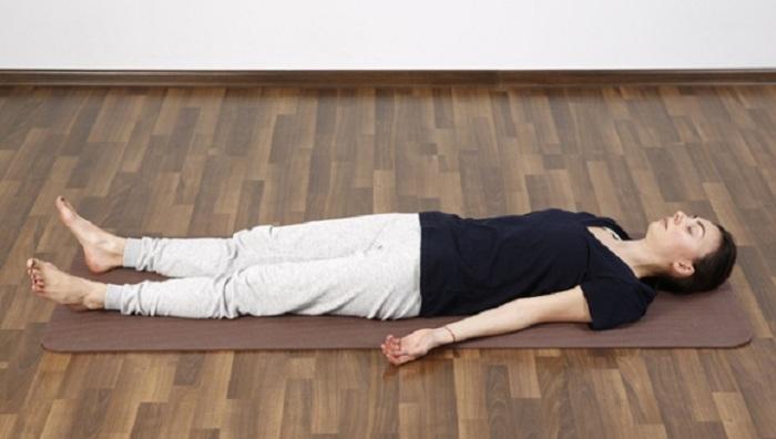 Шавасана или поза мертвого человека в йоге. / Источник фото: ayurvedaru.ru
