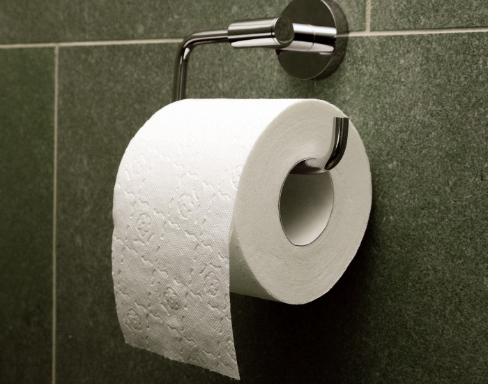 Покупаем свежую туалетную бумагу и только! / Фото: medium.com