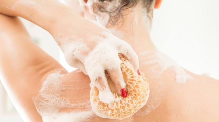 Душ с мочалкой помогает избавиться от запаха алкоголя наутро. / Фото: nivea.by