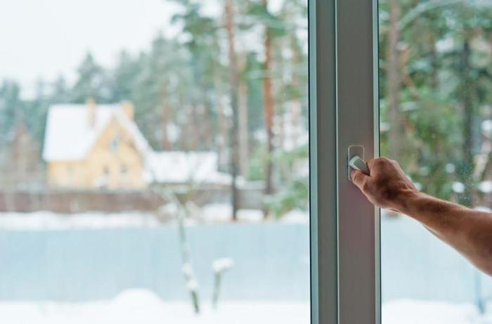 Каждый современный стеклопакет имеет режим микропроветривания. / Источник фото: tybet.ru