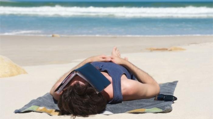 Нельзя спать на пляже! / Фото: freepik.com