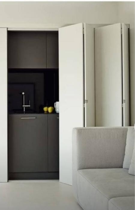 Дверь-гармошка для скрытой кухонной секции. / Фото: interior-mebel.by