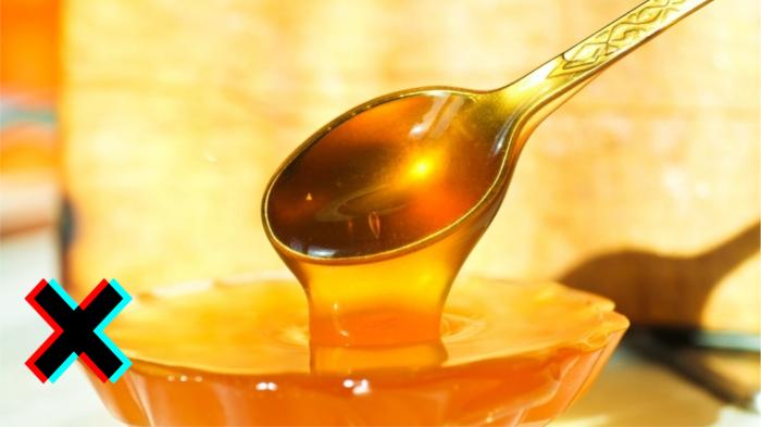 Мёд является топовым аллергеном, кроме того очень опасен при ангине с налётами на горле.