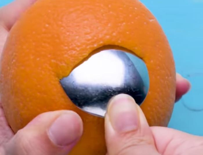 Апельсин почистит ложка. / Фото: facebook.com
