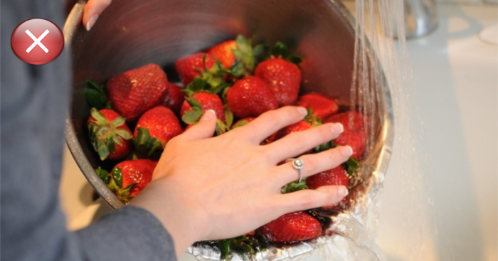 Мытье клубники приводит к молниеносному гниению ягоды.
