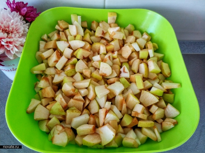 Яблоки мелко режем, но кожуру не очищаем.