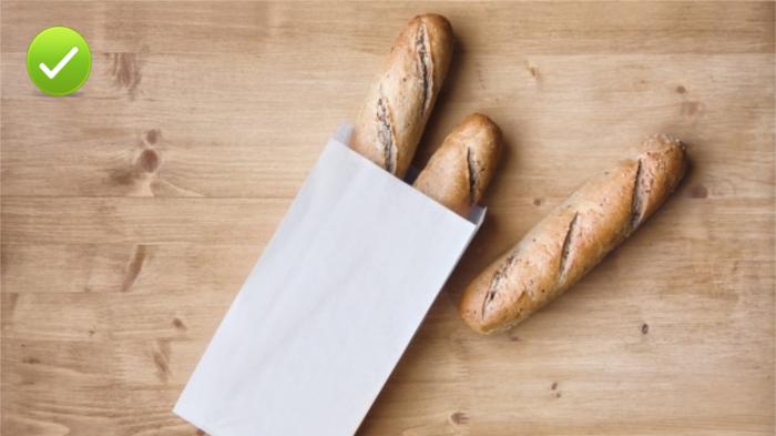 Хлеб нужно хранить в бумаге или текстиле.