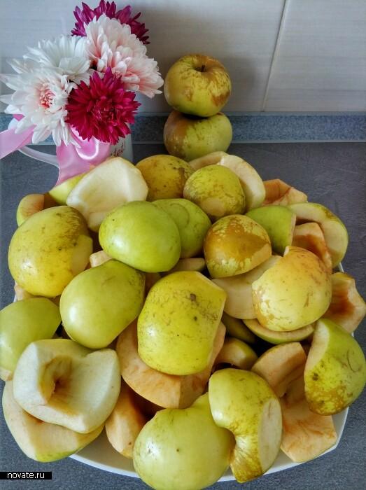 Удаляем сердцевину яблок.
