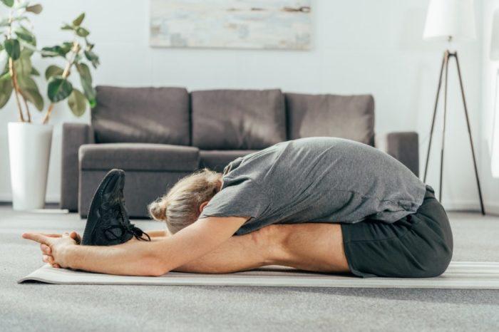Наклон к прямым ногам сидя. / Фото: yoga24.su
