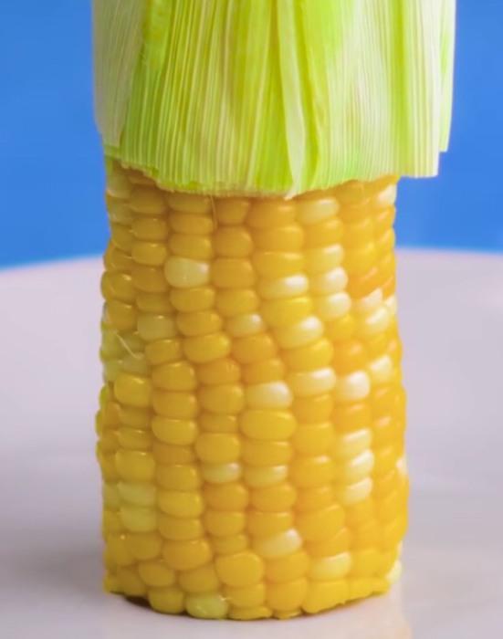 Листья и усики с початка кукурузы снимет микроволновая печь. / Фото: facebook.com