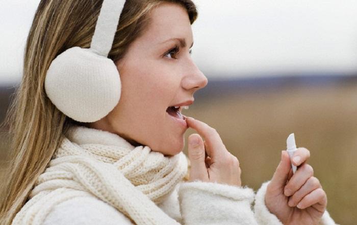 Кожа лица и губ всегда в первую очередь страдает от ветра. / Фото: liura.ru