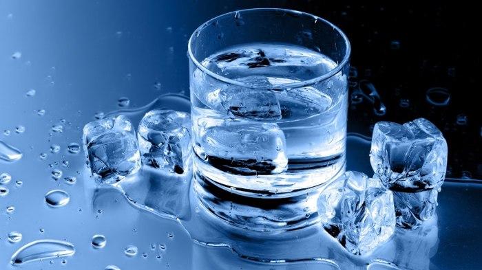 Вода со льдом в жару - очень плохая идея. / Фото: youtube.com
