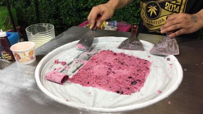 Сборка жареного мороженого в рулеты. / Фото: youtube.com