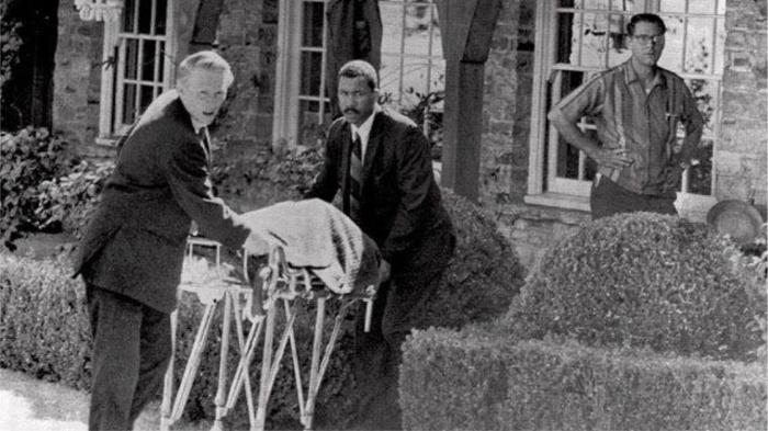 Труп зверски убитой жены Романа Полански Шерон Тейт вывозят из дома, 1969 год. / Фото: stoneforest.ru