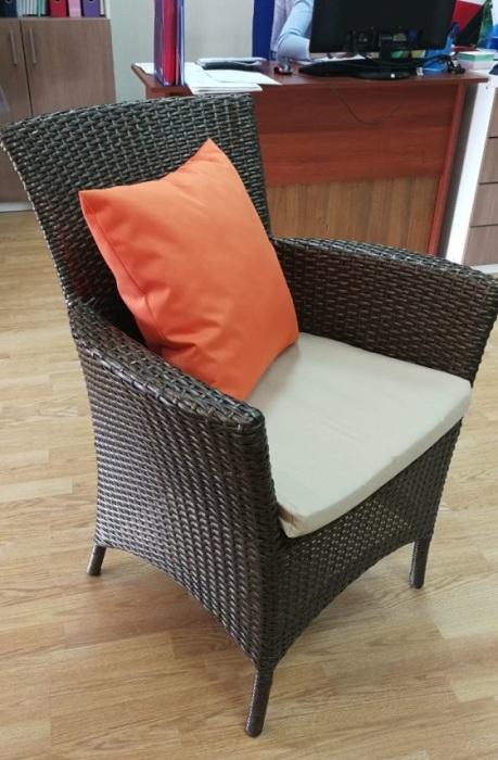 Стильное кресло из искусственного ротанга. / Фото: avito.ru