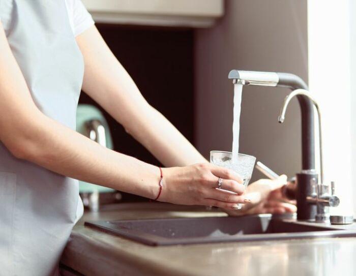Вода из крана часто пригодна для питья и не опасна. / Фото: tut.by