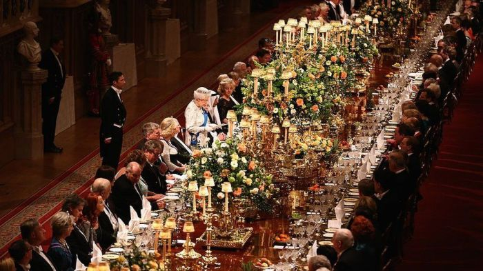 Даже королева Англии отказалась от скатертей! / Фото: bbc.com