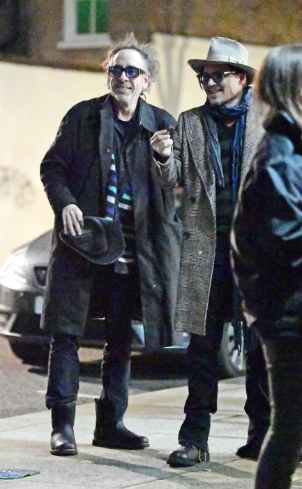 Депп и Бёртон идут домой, покинув авто, Лондон, 10 января 2020 года. / Фото ассистента Бертона и Деппа: @girldeuters