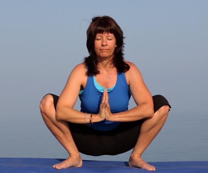 Полезное для женщин упражнение. / Фото: yogaenred.com