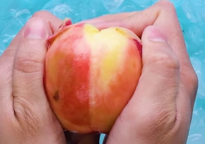 Кожицу с персика реально снять без ножа! / Фото: facebook.com