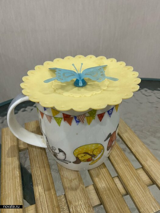 Силиконовая крышечка для заваривания чая в чашке.