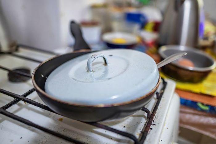 Неужели новая сковорода с собственной крышкой настолько неподкупна?! А как же акции в гипермаркетах?! / Фото: depositphotos.com