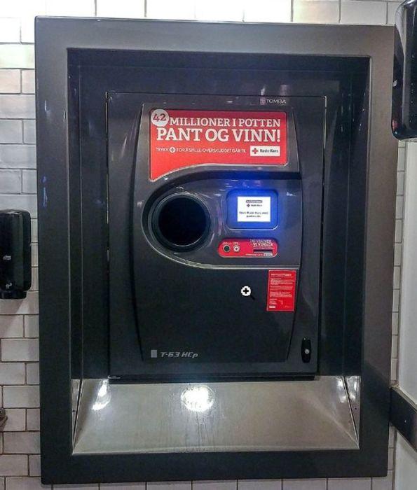 Аппарат в Норвегии, который, условно говоря, превращает бутылки в деньги.