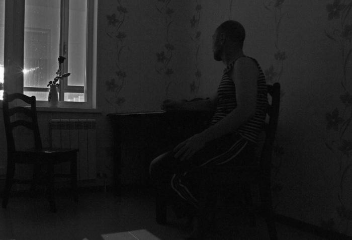 Пожилым людям очень сложно передвигаться в темноте. / Фото: rossaprimavera.ru