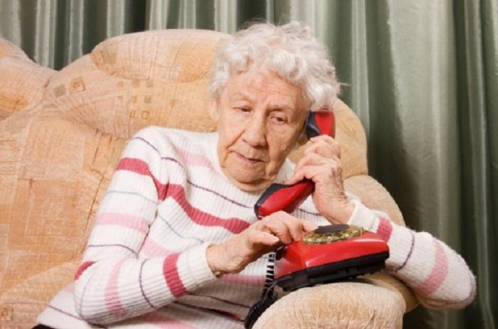 - Звоню про Любку рассказать... - Но ты уже рассказывала три раза! - Неважно! (с) Мама/бабушка / Фото: depositphotos.com