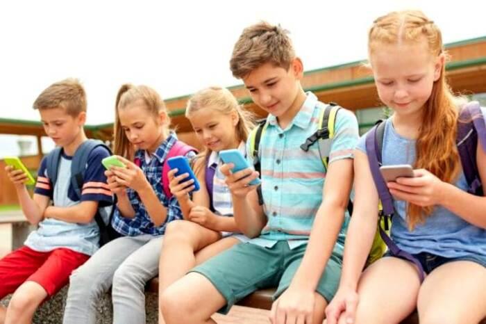 Посмотрите на положение шеи этих детей! / Фото: zen.yandex.ru