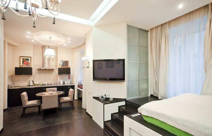 Кровать на подиуме, а внутри подиума - зона хранения. / Фото: remstroiblog.ru