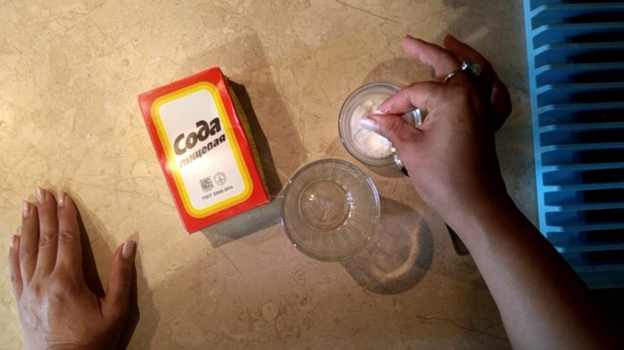 Сода эффективно борется с потливостью. / Фото: youtube.com
