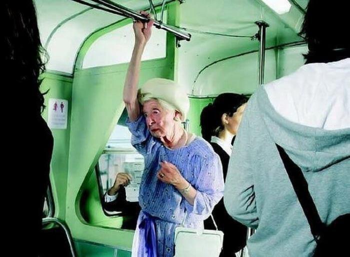 Британские психологи призывают не уступать место в транспорте пожилым. / Фото: hopop.ru