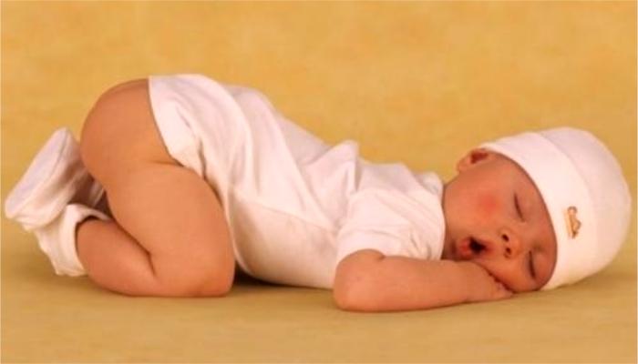 Младенцы находят эту позу самой успокаивающей. / Источник фото: rebenokrazvit.ru