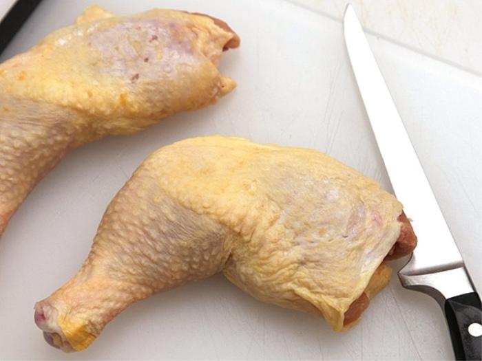 Куриная шкурка может быть нейтральна для здоровья человека только в варёном виде. / Фото: eda-land.ru