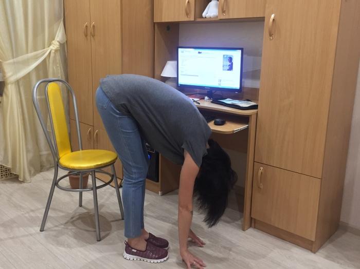 Наклон к прямым ногам в йоге называется УТТАНАСАНА.