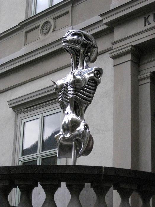 Скульптура Ганса Гигера.