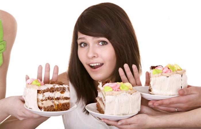 Зубную эмаль разрушает сахар, содержащийся в продуктах.
