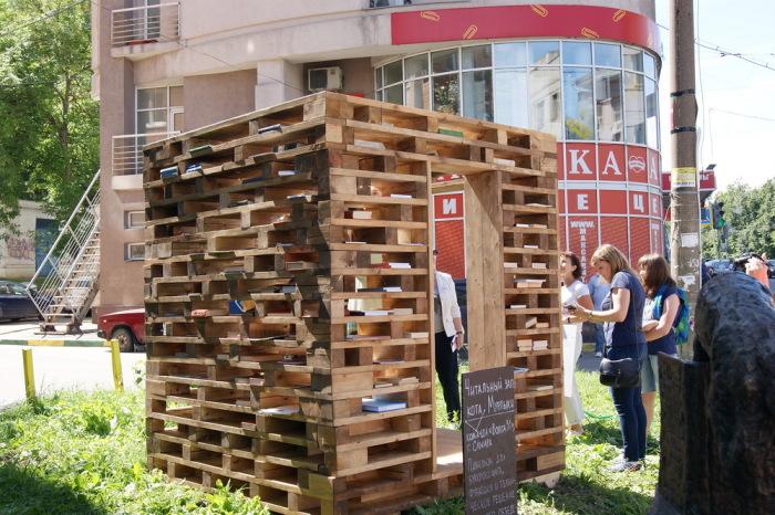 С ростом достатка людей книгами стало возможно делиться бескорыстно. / Фото: vgoroden.ru