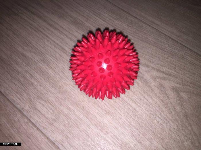 Катаем мячик произвольно по всей стопе.