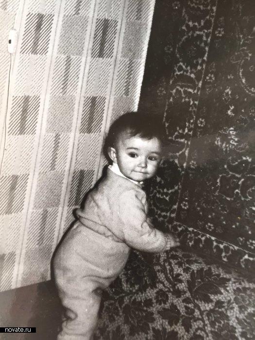Девочка ищет следы клопов за советским ковром. 1985 год.